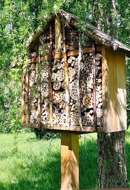 insektenhotel bilder von selbst gebauten insektenhotelhotels ein wildbienenhotel f r. Black Bedroom Furniture Sets. Home Design Ideas
